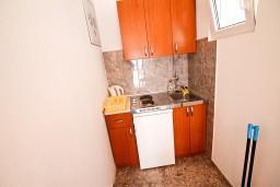 Кухня. Черногория, Крашичи : 2-х этажная вилла с 2-мя спальнями с ванными комнатами, с большой террасой с видом на залив, на самом берегу моря