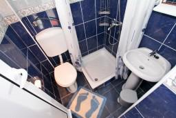Ванная комната. Черногория, Крашичи : 2-х этажная вилла с 2-мя спальнями с ванными комнатами, с большой террасой с видом на залив, на самом берегу моря