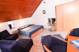 Спальня 2. Черногория, Крашичи : 2-х этажная вилла с 2-мя спальнями с ванными комнатами, с большой террасой с видом на залив, на самом берегу моря
