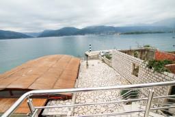 Вид. Черногория, Крашичи : 2-х этажная вилла с 2-мя спальнями с ванными комнатами, с большой террасой с видом на залив, на самом берегу моря