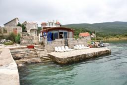 Ближайший пляж. Черногория, Крашичи : 2-х этажная вилла с 2-мя спальнями с ванными комнатами, с большой террасой с видом на залив, на самом берегу моря