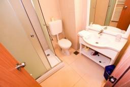 Ванная комната. Черногория, Росе : Апартамент для 2-3 человек, с отдельной спальней, с террасой с видом на море