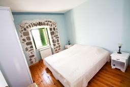 Спальня. Черногория, Росе : Просторный апартамент для 4 человек, две отдельные спальни, с террасой с видом на море