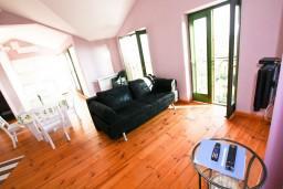 Гостиная. Черногория, Росе : Просторный апартамент для 2 человек, с отдельной спальней, с балконом с видом на море