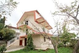 Фасад дома. Черногория, Крашичи : Два этажа виллы, 5 отдельных спален, 2 ванные комнаты, два больших балкона с шикарным видом на море, 50 метров до пляжа.