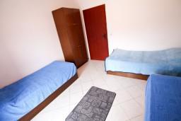 Спальня 2. Черногория, Крашичи : Два этажа виллы, 5 отдельных спален, 2 ванные комнаты, два больших балкона с шикарным видом на море, 50 метров до пляжа.