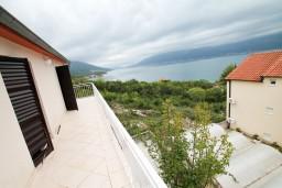 Балкон. Черногория, Крашичи : Два этажа виллы, 5 отдельных спален, 2 ванные комнаты, два больших балкона с шикарным видом на море, 50 метров до пляжа.