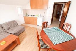 Обеденная зона. Черногория, Жанице / Мириште : Апартамент с отдельной спальней, с балконом с видом на море