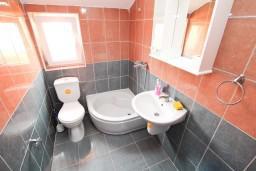 Ванная комната. Черногория, Жанице / Мириште : Апартамент с отдельной спальней, с балконом с видом на море