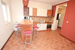 Кухня. Черногория, Кумбор : Апартамент с отдельной спальней, с бассейном, с балконом и видом на море
