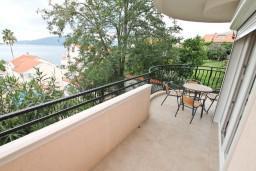 Балкон. Черногория, Кумбор : Апартамент с отдельной спальней, с бассейном, с балконом и видом на море