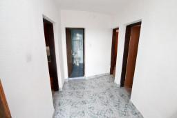 Коридор. Черногория, Жанице / Мириште : Апартамент для 4-6 человек, 2 отдельные спальни, с балконом с видом на море