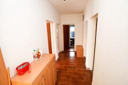 Коридор. Черногория, Обала Джурашевича : Апартамент для 8 человек, с 3-мя спальнями, с большим балконом с шикарным видом на море, 20 метров от пляжа