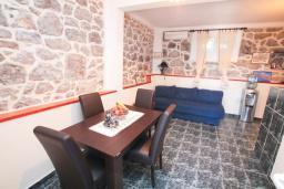 Спальня. Черногория, Крашичи : Каменный дом на Луштице на самом берегу моря, 2 спальни, большая терраса с шикарным видом на залив
