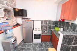 Кухня. Черногория, Крашичи : Каменный дом на Луштице на самом берегу моря, 2 спальни, большая терраса с шикарным видом на залив
