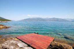 Вид на море. Черногория, Крашичи : Каменный дом на Луштице на самом берегу моря, 2 спальни, большая терраса с шикарным видом на залив