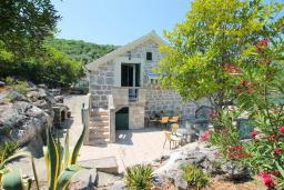 Фасад дома. Черногория, Крашичи : Каменный дом на Луштице на самом берегу моря, 2 спальни, большая терраса с шикарным видом на залив