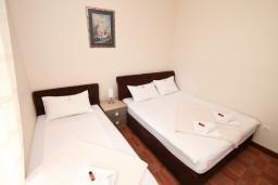 Спальня. Черногория, Кумбор : Апартамент с отдельной спальней, с бассейном, с балконом и видом на море