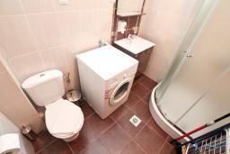 Ванная комната. Черногория, Кумбор : Апартамент с отдельной спальней, с бассейном, с балконом и видом на море