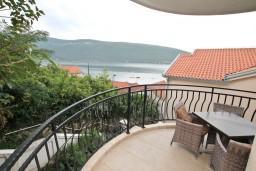 Вид на море. Черногория, Кумбор : Апартамент с отдельной спальней, с бассейном, с балконом и видом на море