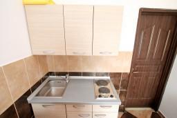 Кухня. Черногория, Радовичи : Апартамент с отдельной спальней на вилле  с бассейном