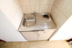 Кухня. Черногория, Радовичи : Апартамент с отдельной спальней в Радовичи на вилле с байссейном