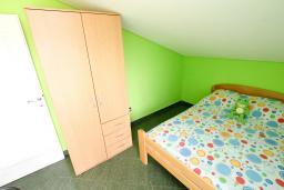 Спальня 2. Черногория, Радовичи : Апартамент для 5 человек, 2 отдельные спальни, два балкона с видом на море