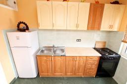 Кухня. Черногория, Радовичи : Апартамент для 5 человек, 2 отдельные спальни, два балкона с видом на море