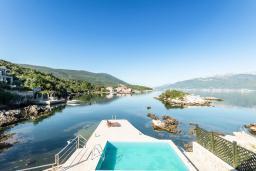 Вид на море. Черногория, Крашичи : Дом с 4 отдельными спальнями, с 2 гостиными, с бассейном, собственным пляжем, террасой и видом на Боко-Которский залив.