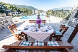 Территория. Черногория, Крашичи : Дом с 4 отдельными спальнями, с 2 гостиными, с бассейном, собственным пляжем, террасой и видом на Боко-Которский залив.