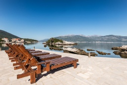 Терраса. Черногория, Крашичи : Дом с 4 отдельными спальнями, с 2 гостиными, с бассейном, собственным пляжем, террасой и видом на Боко-Которский залив.