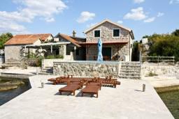 Фасад дома. Черногория, Крашичи : Дом с 4 отдельными спальнями, с 2 гостиными, с бассейном, собственным пляжем, террасой и видом на Боко-Которский залив.