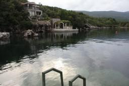 Вид. Черногория, Крашичи : Дом с 4 отдельными спальнями, с 2 гостиными, с бассейном, собственным пляжем, террасой и видом на Боко-Которский залив.