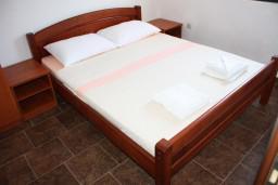 Спальня 2. Черногория, Крашичи : Дом с 4 отдельными спальнями, с 2 гостиными, с бассейном, собственным пляжем, террасой и видом на Боко-Которский залив.