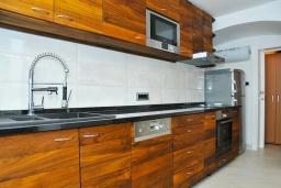 Кухня. Черногория, Пераст : Роскошная вилла с бассейном, патио и барбекю, 4 спальни, 3 ванные комнаты, парковка, Wi-Fi
