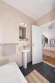 Ванная комната. Черногория, Дженовичи : Современный апартамент в комплексе с бассейном, с гостиной, отдельной спальней и балконом