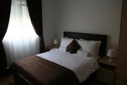 Спальня. Черногория, Дженовичи : Апартамент для 6-7 человек, с 3-мя отдельными спальнями, с 2-мя ванными комнатами, с балконом