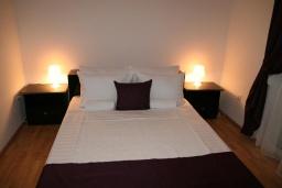 Спальня 2. Черногория, Дженовичи : Апартамент для 6-7 человек, с 3-мя отдельными спальнями, с 2-мя ванными комнатами, с балконом