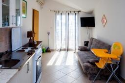 Гостиная. Черногория, Герцег-Нови : Апартамент на вилле с бассейном, с гостиной, отдельной спальней и балконом с видом на море