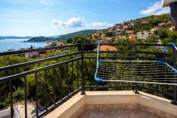 Балкон. Черногория, Герцег-Нови : Апартамент на вилле с бассейном, с гостиной, отдельной спальней и балконом с видом на море