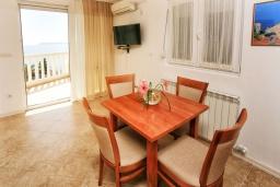 Обеденная зона. Черногория, Герцег-Нови : Апартамент Кала с видом на море