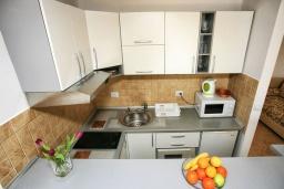 Кухня. Черногория, Герцег-Нови : Апартамент Кала с видом на море