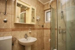 Ванная комната. Черногория, Герцег-Нови : Апартамент Кала с видом на море