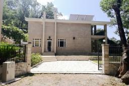 Фасад дома. Черногория, Риека Режевичи : Прекрасная вилла с бассейном и зеленым двориком с барбекю, 3 спальни, 3 ванные комнаты, парковка, Wi-Fi