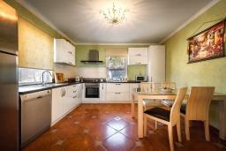 Кухня. Черногория, Будва : Роскошная вилла с зеленым двориком и видом на море, 5 спален, 3 ванные комнаты, парковка, Wi-Fi