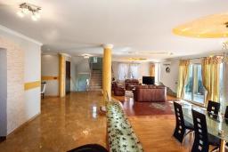Гостиная. Черногория, Будва : Роскошная вилла с зеленым двориком и видом на море, 5 спален, 3 ванные комнаты, парковка, Wi-Fi