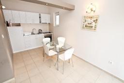 Кухня. Черногория, Кумбор : Апартамент с отдельной спальней, с бассейном, с двумя балконами и видом на море