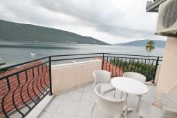 Балкон 2. Черногория, Кумбор : Апартамент с отдельной спальней, с бассейном, с двумя балконами и видом на море