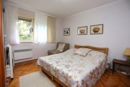 Спальня. Черногория, Герцег-Нови : Апартамент в 200 метрах от пляжа, с гостиной и отдельной спальней