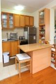 Кухня. Черногория, Герцег-Нови : Апартамент в 200 метрах от пляжа, с гостиной и отдельной спальней